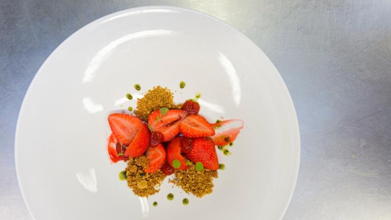 Een dessert van verse aardbeien klaar om geserveerd te worden in het restaurant van Teaching Hotel Château Bethlehem.