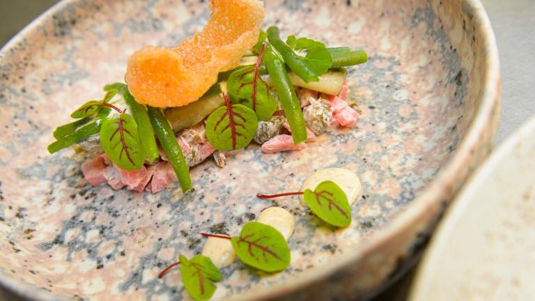 Een amuse van asperges klaar om geserveerd te worden in het Teaching Hotel Château Bethlehem.