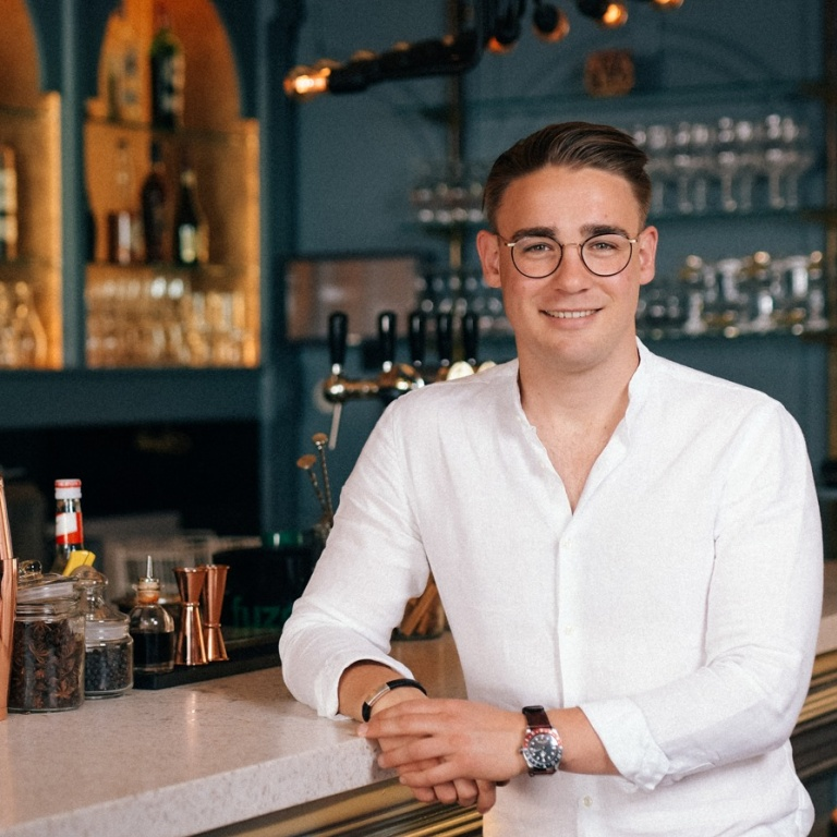 Restaurant Luster, Loek Rekko, Blue and white bar, white shirt, glasses,