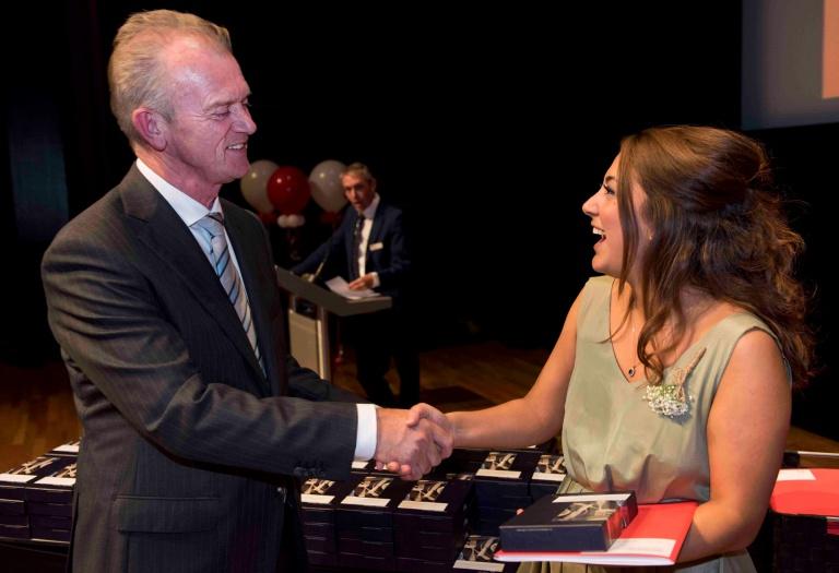 Directeur Ad Smits feliciteert studente met het behalen van haar Funda, het bachelordiploma van Hotelschool Maastricht