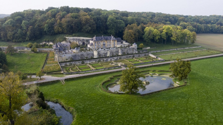 Château Neercanne, green forest, historic and baroque terrace and garden